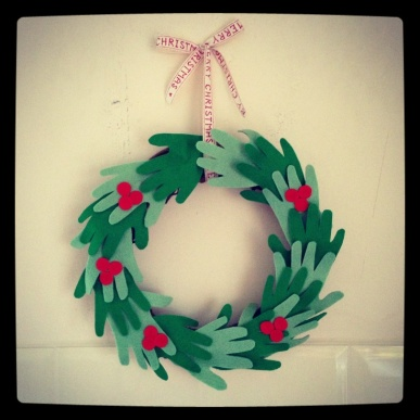 felt-handprint-wreath.jpg